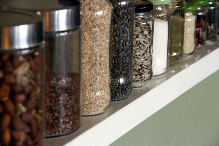 Potjes met noten en toevoegingen in onze keuken
