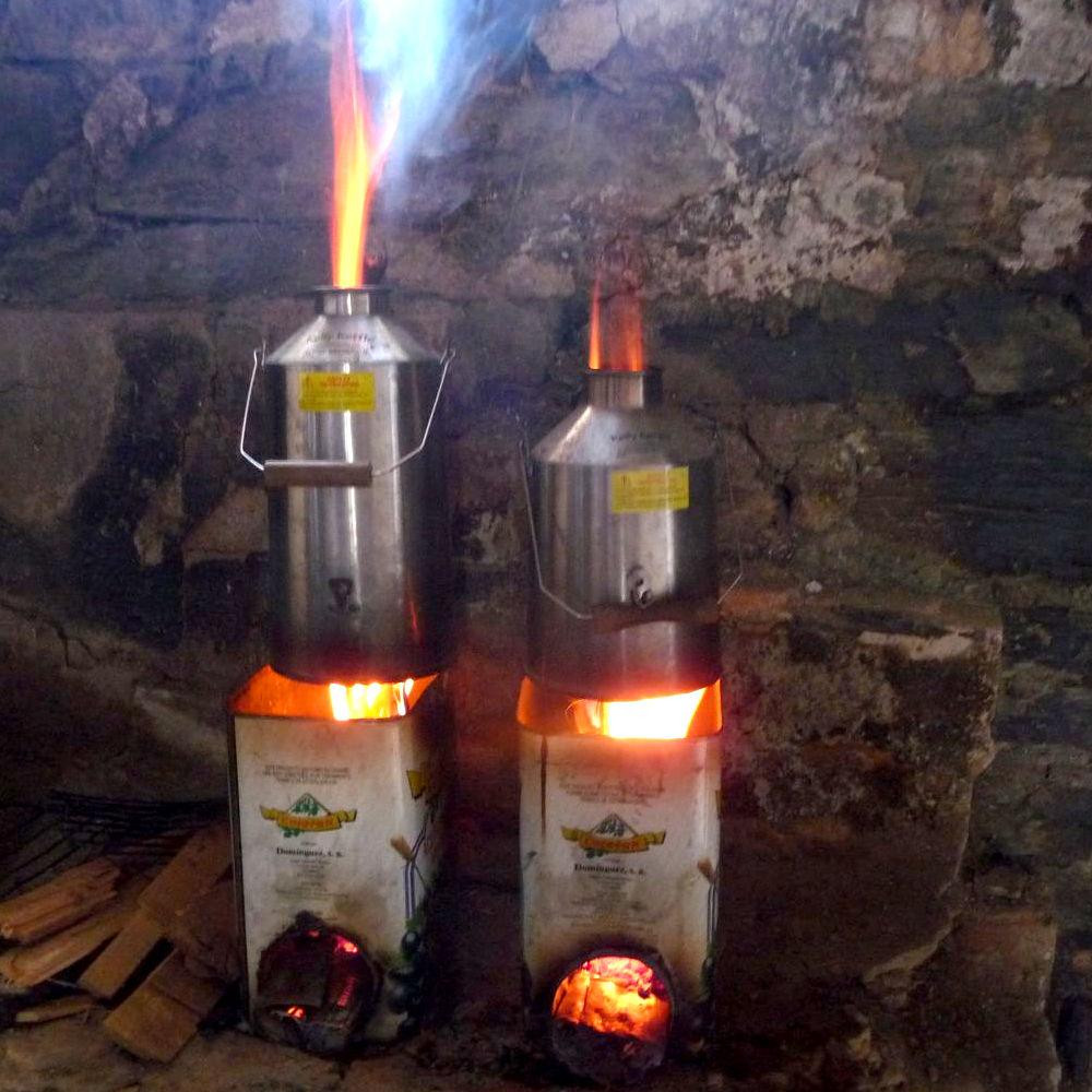 Zelfbouw rocketstove: bij elkaar opgeteld  is er minder dan één blok hout nodig voor 3 dagen lang voor 20 personen koffie thee en warm eten opwarmen.