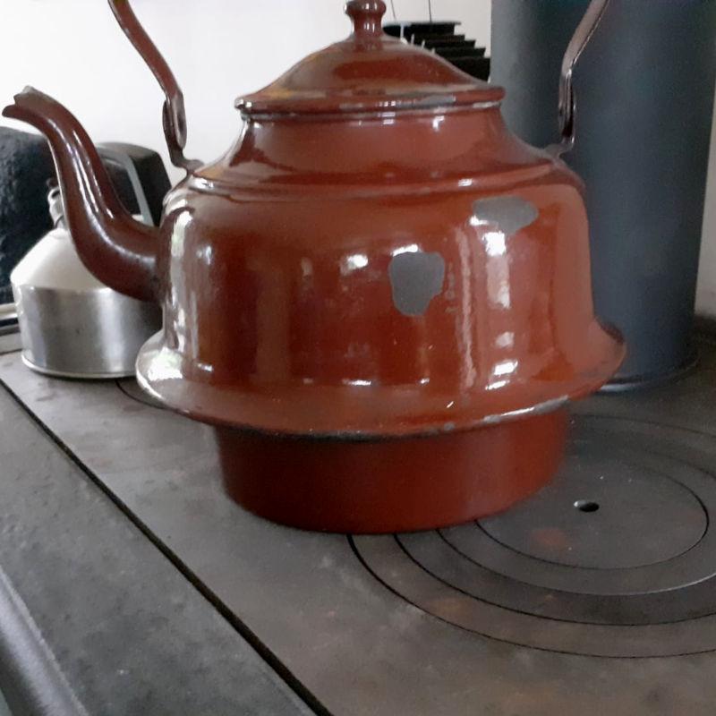 De onderkant van deze waterpan hangt ín het vuur; de ringen kunnen van het fornuis af