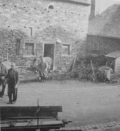 De schuur. Waar nu zevenblad probeert de bodem te herstellen, lag dus eerst de mesthoop. En helemaal rechts zie je de WC van het hele dorp, die rechtstreeks uitkwam op de mestput, die in de jaren 60 is gedempt.