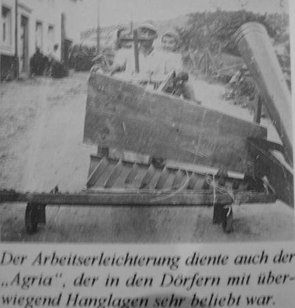Vele restanten en handleidingen van oude landbouwtools zijn gevonden, waaronder de handleiding van deze zaadmachine.