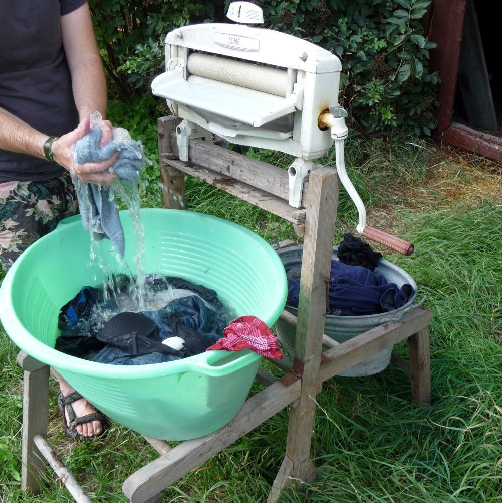 Eerst spoelen met water en daarna: soppen maar met een blok handzeep! En even naspoelen.