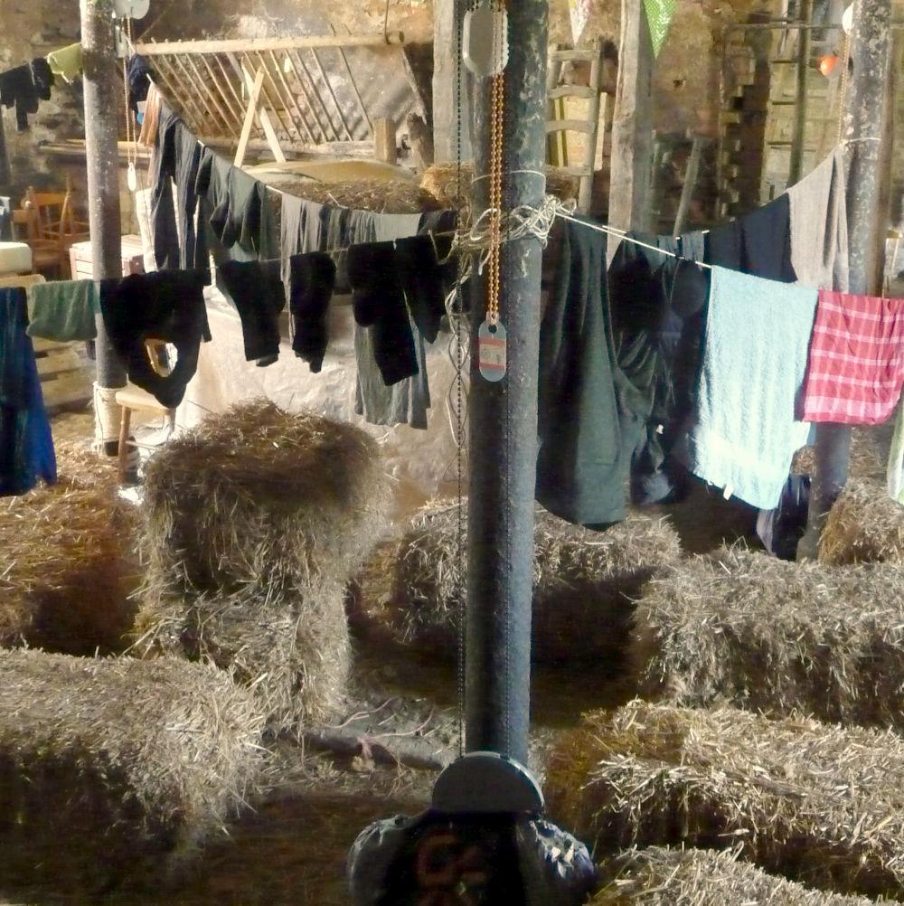 In de schuur (lesruimte) is snel een héle lange wasdraad opgehangen.