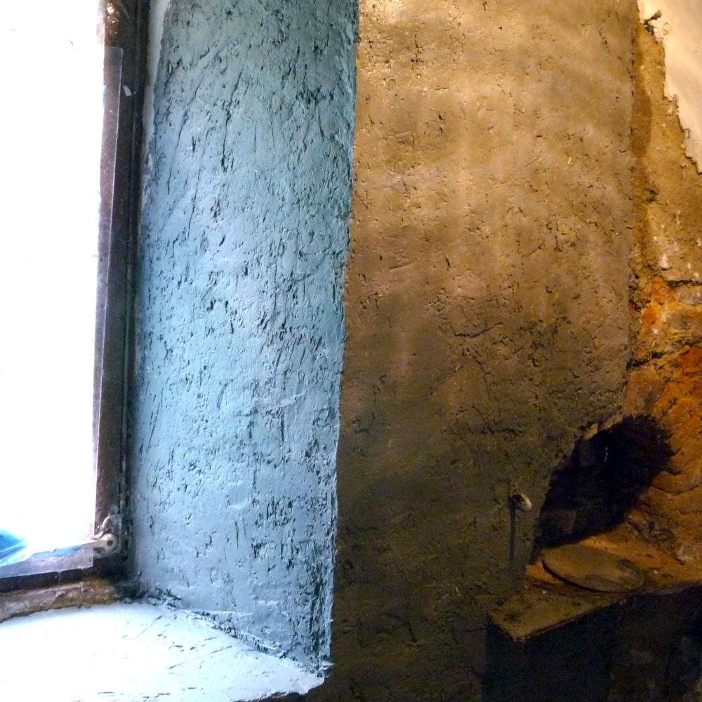 Kalkhennep gestuct tegen een permanent natte muur.