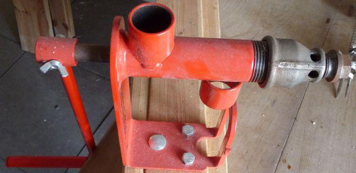 Dit is een oliepers. Nou ja, in het klein dan. Allerlei noten en dergelijke kun je met behulp van wat warmte destilleren. Wel veel werk naar mijn idee, maar het werkt echt.